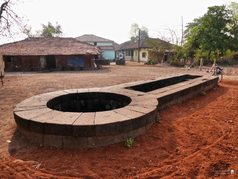 The well is located in an open field beside a clump of houses behind the Hanuman Temple in Devaloli